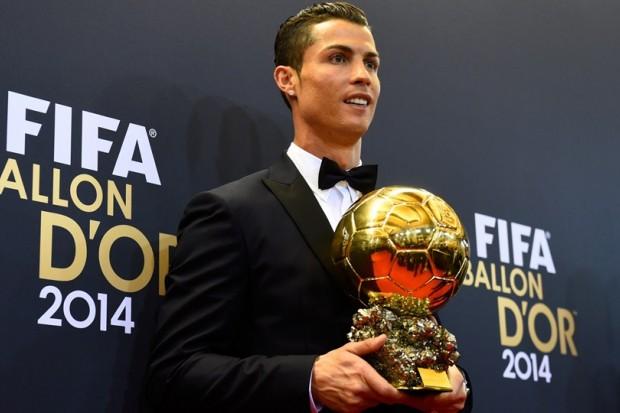 Ronaldo remporte le FIFA Ballon d'Or Large-ballon-dor-cr7-remporte-le-trophee-devant-messi-et-neuer-b4c7f