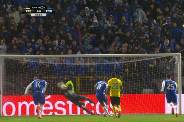 Brahimi rate un penalty, Porto s'incline 35 matchs après — Portugal