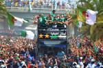Les champions d'Afrique dans le bus pour une parade dans la capitale