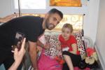 Mahrez rend visite aux enfants malades de l'hôpital d'Oran