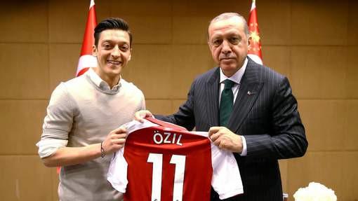 Özil, critiqué pour une photo avec le président turc, quitte la sélection