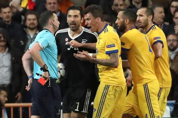 Kahn conseille à Buffon de mettre fin à sa carrière